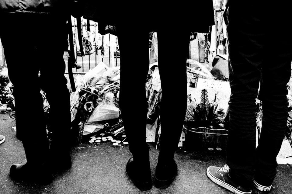 abgelegte Blumensträuße in Paris und Trauernde.