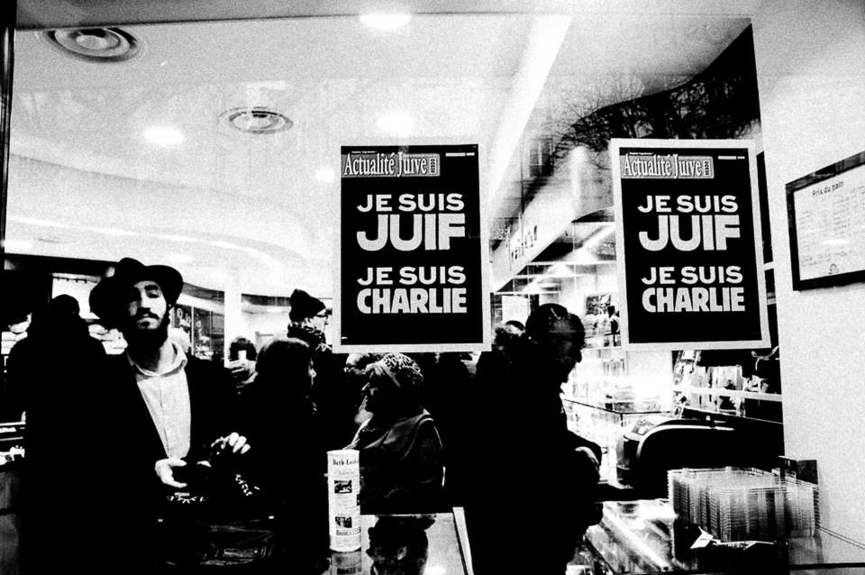 Paris, Supermarkt mit Aufklebern.
