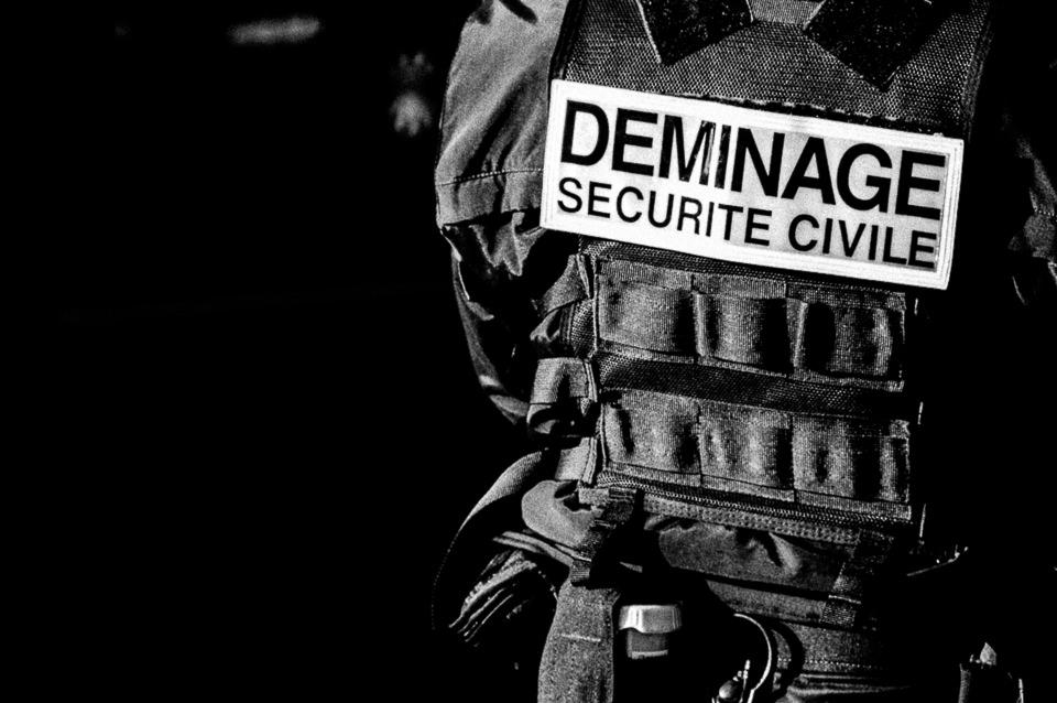 Detailansicht eines Polizisten mit Schutzweste.