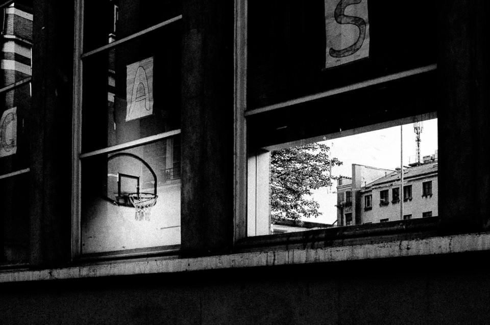 Ein Blick durchs Fenster in einen Sportraum.