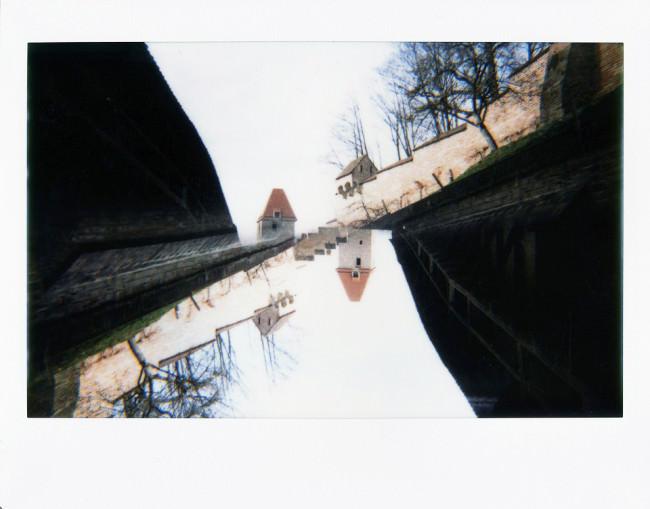 Doppelbelichtung einer mittelalterlichen Anlage mit Türmen.