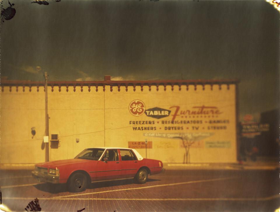 Ein roter amerikanischer Wagen auf einem Parkplatz