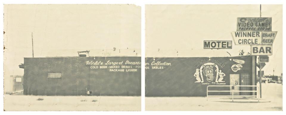 Ein amerikanisches Motel mit vielen Werbeschildern.