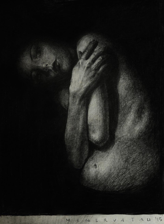 Zeichnung einer Frau mit verschränkten Armen und gesenktem Kopf.