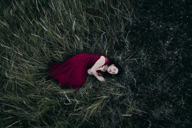 Eine Frau liegt im Gras