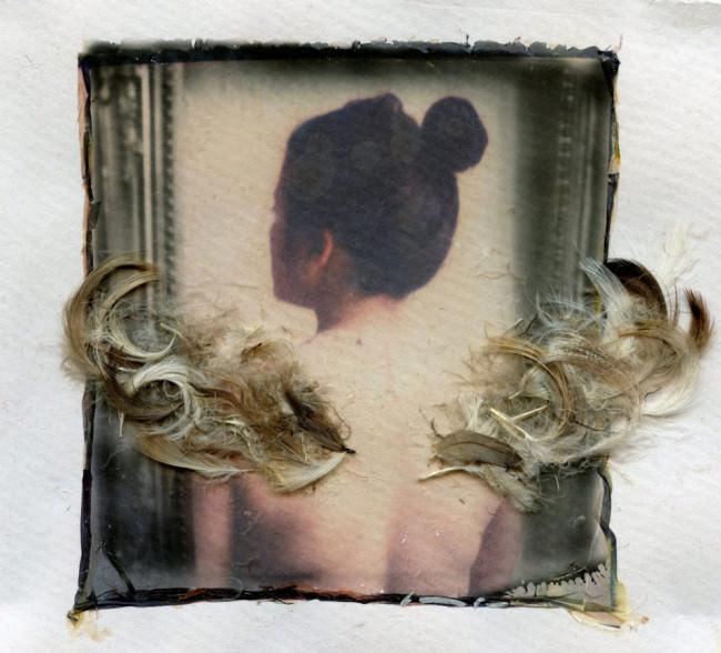 Federn liegen als Flügel auf dem Bild einer Frau