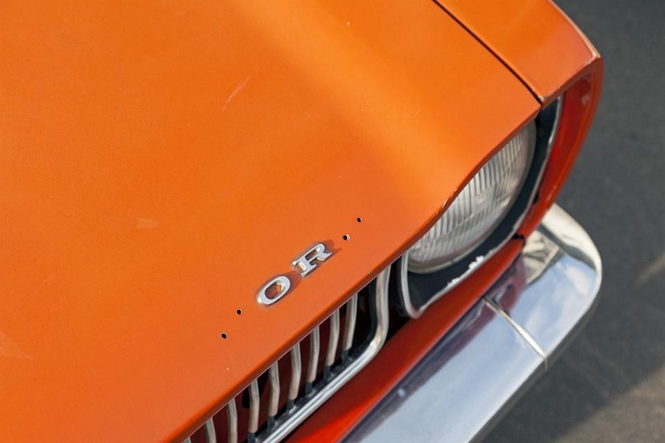 Orange Motorhaube mit den verbliebenen Buchstaben OR.