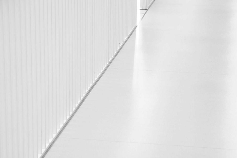Eine Diagonale im weißen Raum.