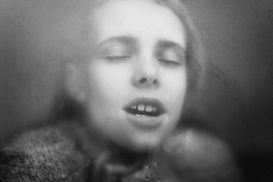 Unscharfes Frauenportrait in schwarzweiß.