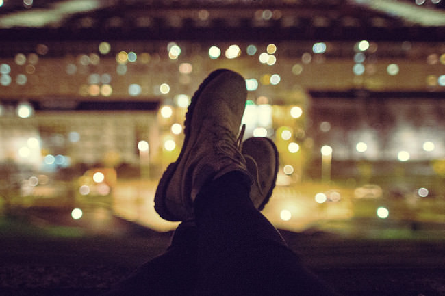 Schuhe vor einer beleuchteten Stadt