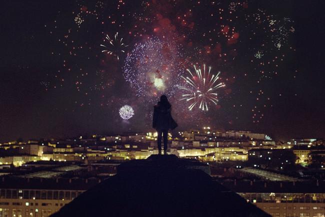 Eine Frau steht vor einem Feuerwerk