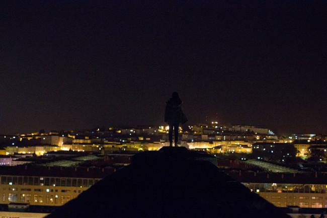 Eine Frau steht auf einer Säule.