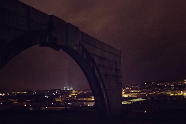 Ein steinerner Bogen in der Nacht