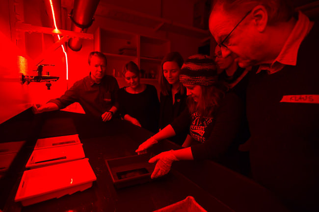 Menschen in der Dunkelkammer
