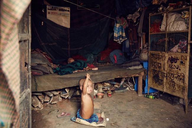 Zwei kleine Kinder in einer Hütte.