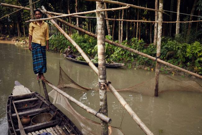 Ein Mann auf einem kleinen Holzboot