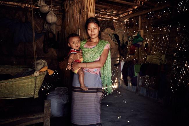 Eine junge Frau mit Kind auf dem Arm.