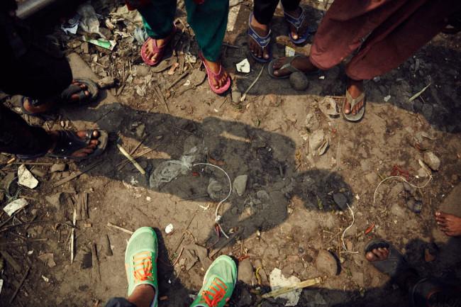 Schuhe auf vermülltem Boden