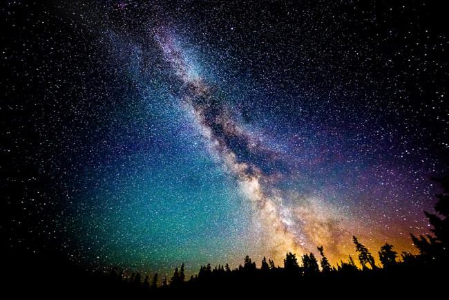 Bunter Nachthimmel mit Milchstraße.