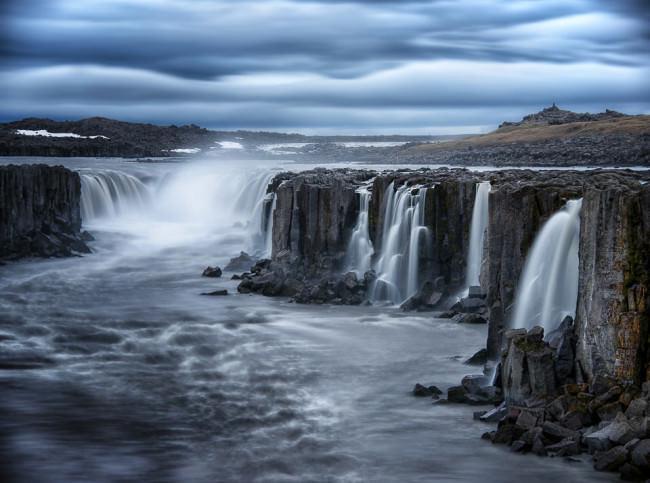 Schroffe Landschaft mit Wasserfällen.