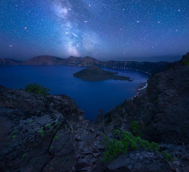 Nachthimmel mit Milchstraße über einer Bucht.