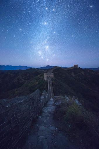 Sternenhimmel über der chinesischen Mauer.