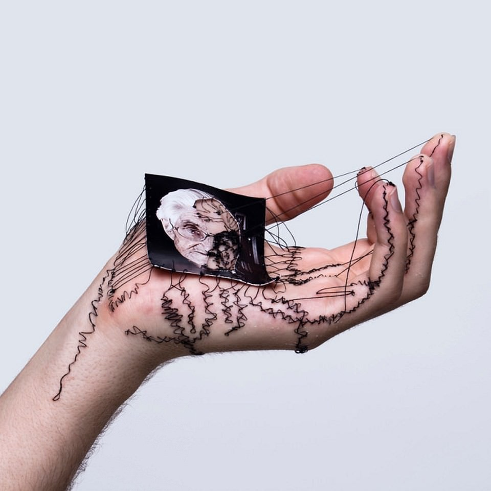 Eine Hand vernäht mit einem kleinen Portraitfoto.