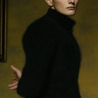 Mensch in schwarzer Plüschjacke.