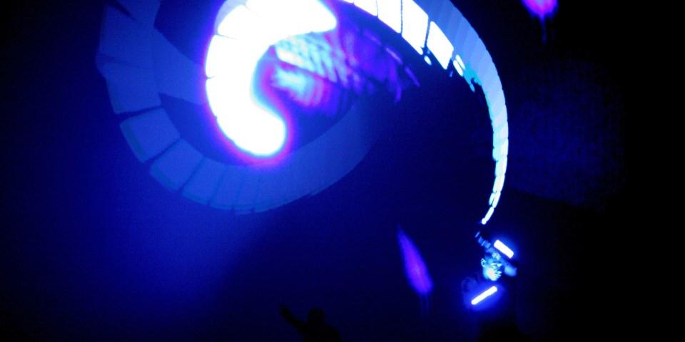 Tänzer mit Lichtspur.