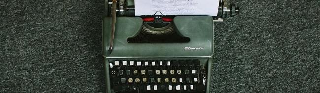Grüne kaputte Schreibmaschine.