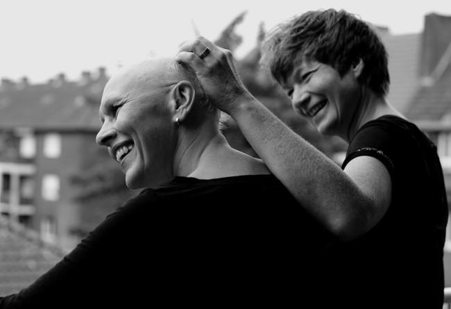 Zwei Frauen lachen
