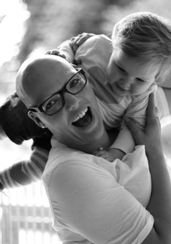 Eine Frau spielt mit einem Kind.