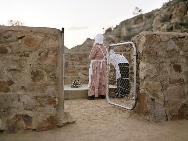 Frau hinter einem Tor