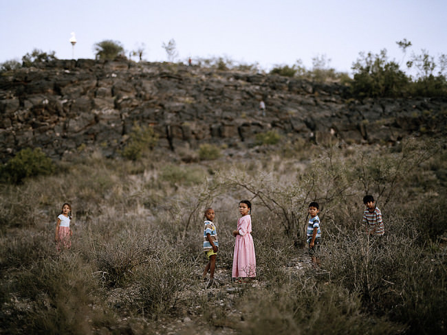 Kinder im Grasland