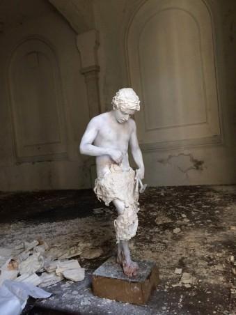 Ein Mann als Statue