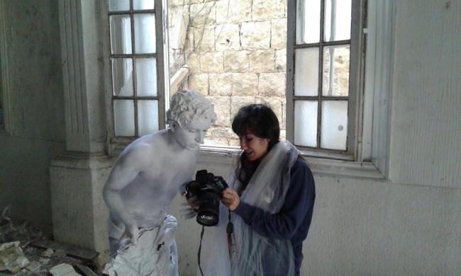 Eine Fotografin zeigt einem Modell auf dem Kameradisplay die entstandenen Aufahmen.