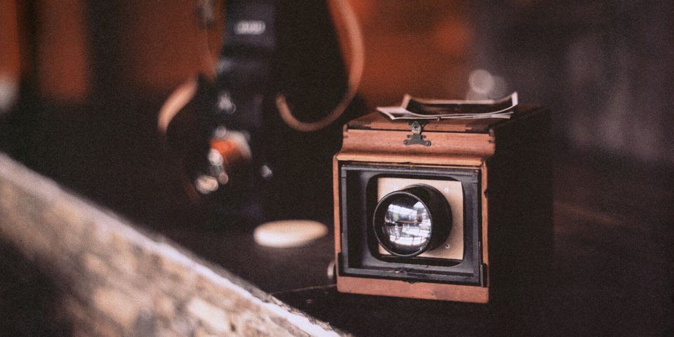 Alte Kamera auf einem Regal.