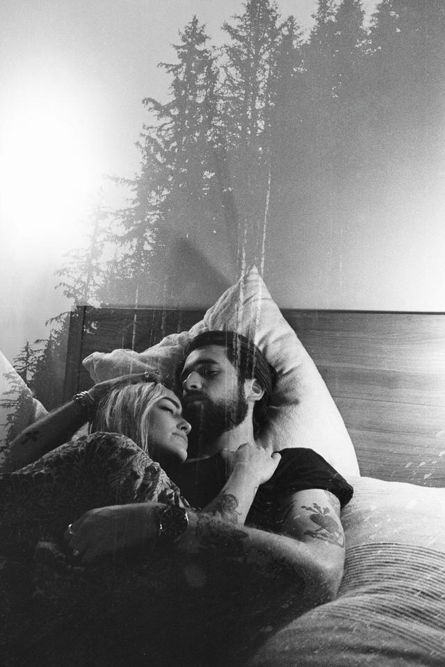 Ein Paar kuschelt im Bett