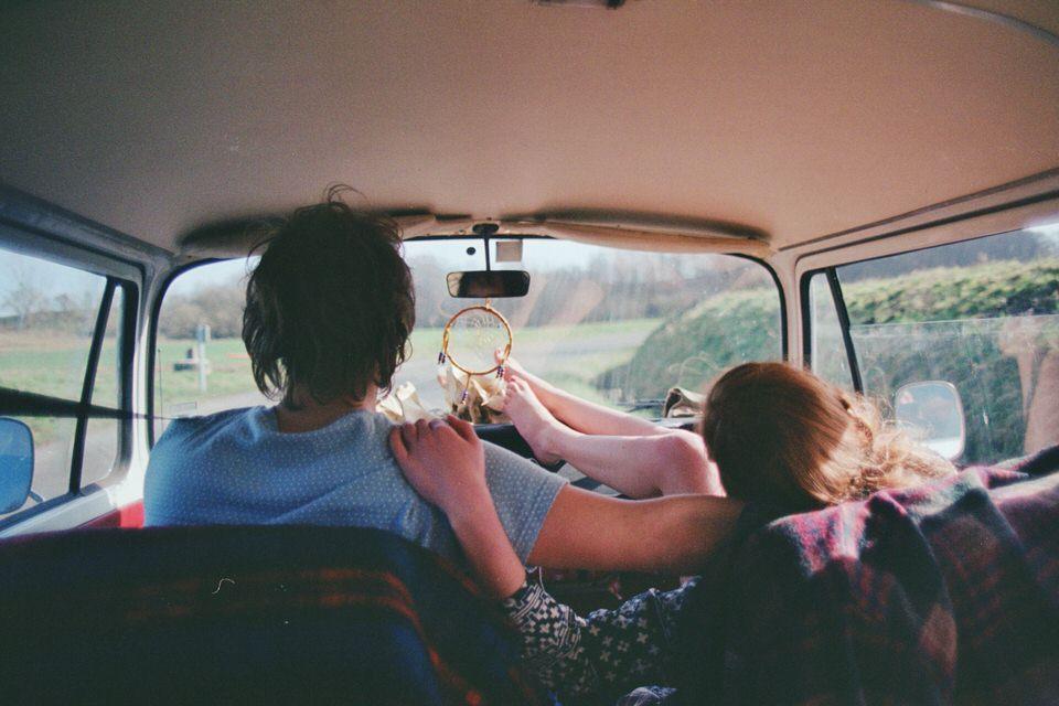 Ein Pärchen im Auto