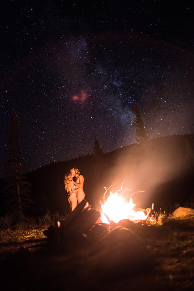 Ein Pärchen am Lagerfeuer