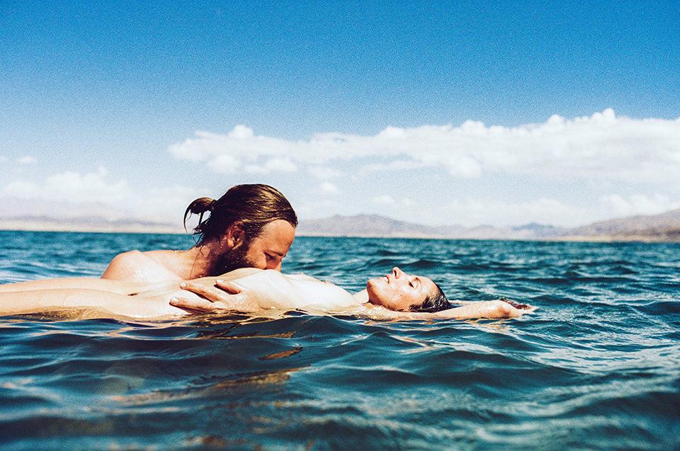 Ein Liebespaar im Meer