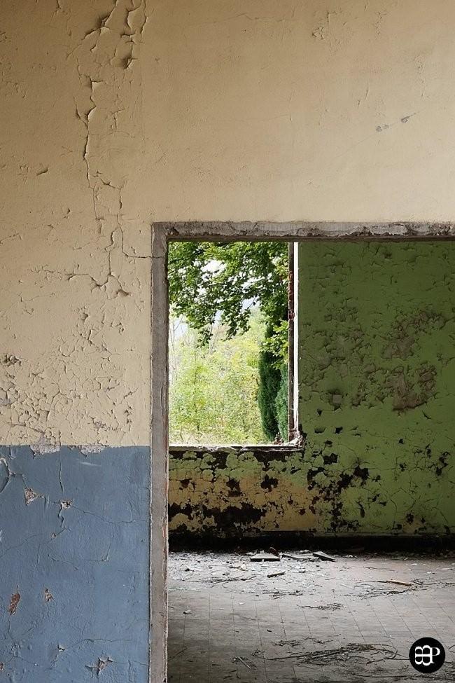Türdurchbruch und Fensteröffnung in einem verfallenen Haus.