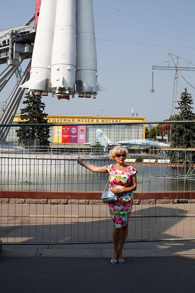 Eine Frau vor einer Rakete