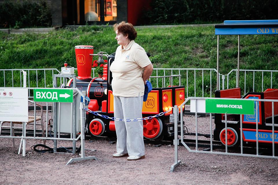 Eine Frau vor der Parkbahn.
