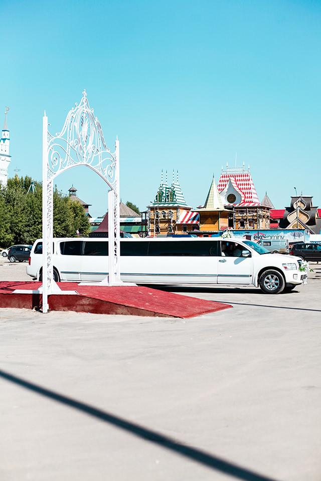 Limousine und Tor