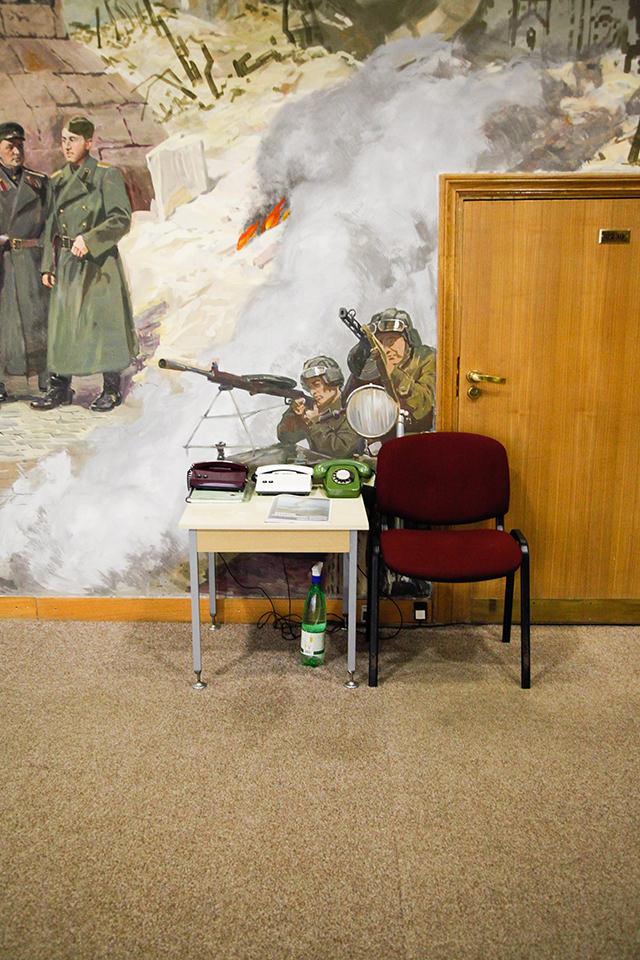 Wandmalerei Militär mit Schreibtisch und Stuhl.