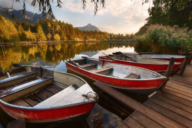 Boote an einem Weiher