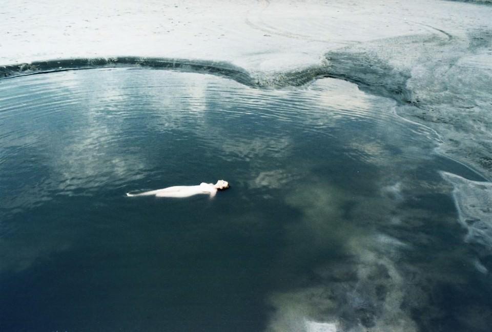 Nackter Mensch im See