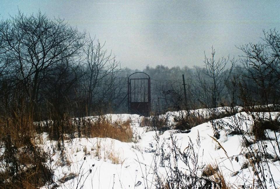 Eine Schneelandschaft und ein Tor