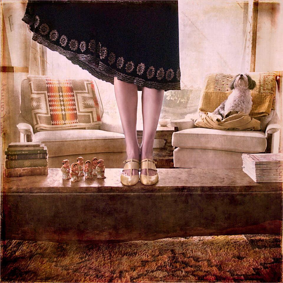 Eine Frau hebt ihren Rock hoch und steht auf einem Tisch.